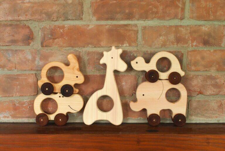 Lesní hračky - dřevěné zvířátka na kolečkách stena