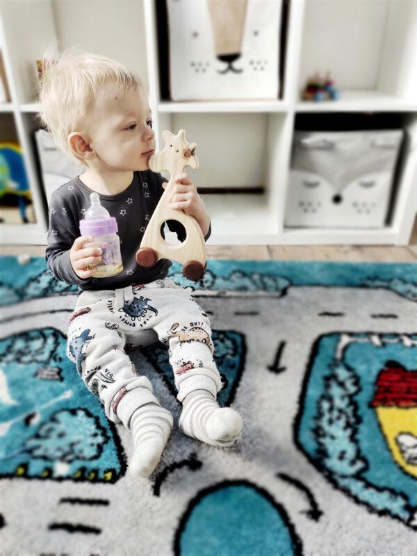 Žirafka Jozefka dřevěná hračka na kolečkách dite